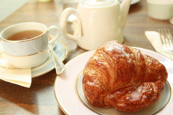 Un petit caf? avec croissant .....